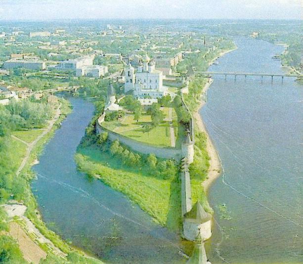 Псковский Кремль. Башни Нижних